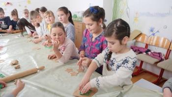 CEROVAC: Mališani uručili radnicima dežurnih službi praznične kolače