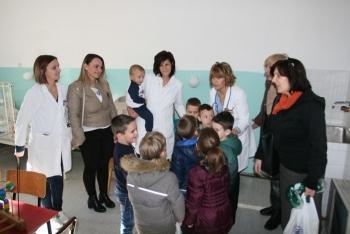 """Mališani iz """"Cerovca"""" uručili poklone svojim vršnjacima smještenim u trebinjskoj Bolnici"""